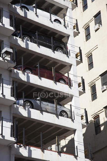 Внешний вид припаркованных автомобилей на многоэтажной автостоянке — стоковое фото
