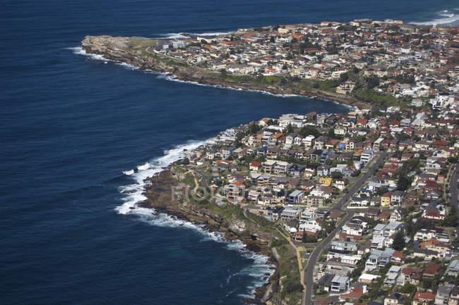 Vista aérea da cidade costeira — Fotografia de Stock