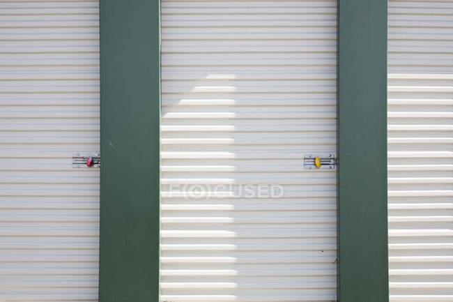 Unidades de almacenamiento bloqueadas en las instalaciones de self storage - foto de stock