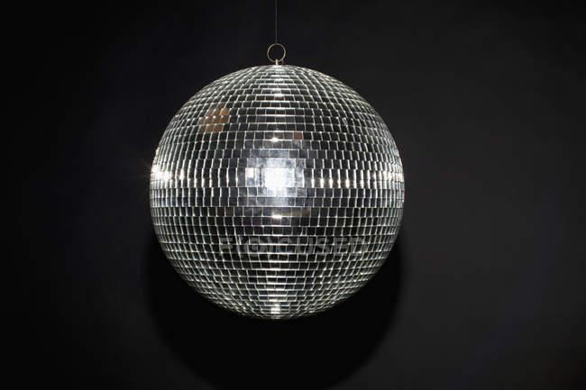 Nahaufnahme des glänzenden Disco-Kugel auf schwarzem Hintergrund — Stockfoto