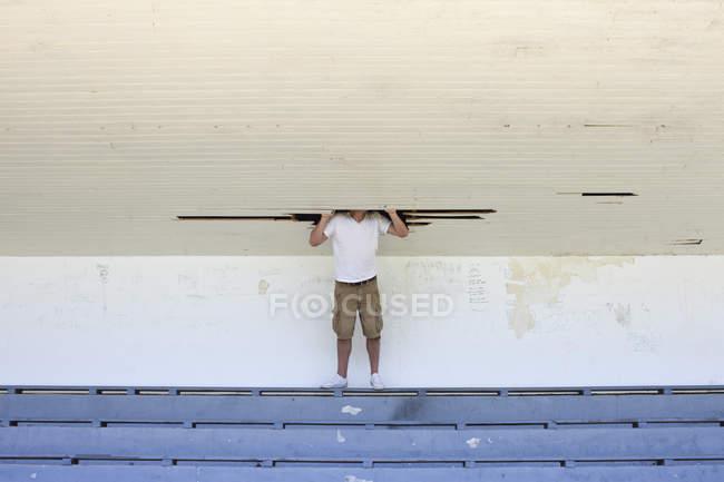 Uomo mettendo testa in buco nel soffitto — Foto stock