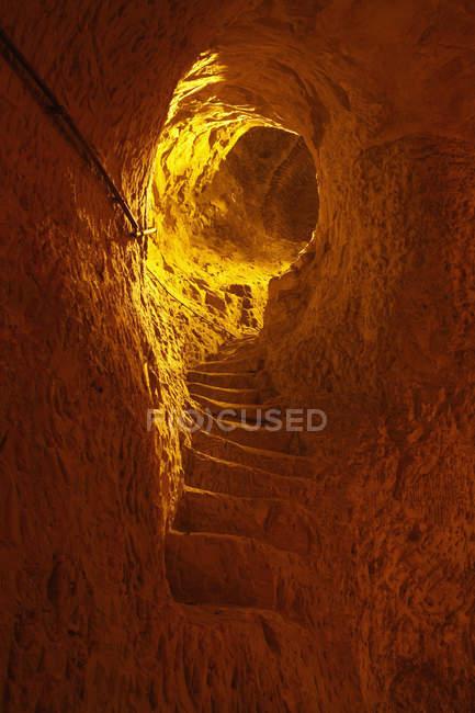 Chiseled na escada da rocha à caverna do vinho — Fotografia de Stock