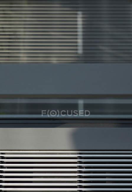 Vista a basso angolo delle persiane dei condotti dell'aria — Foto stock