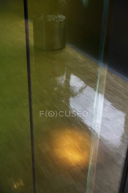Reflexionen im Hartholzboden durch ein Fenster gesehen — Stockfoto