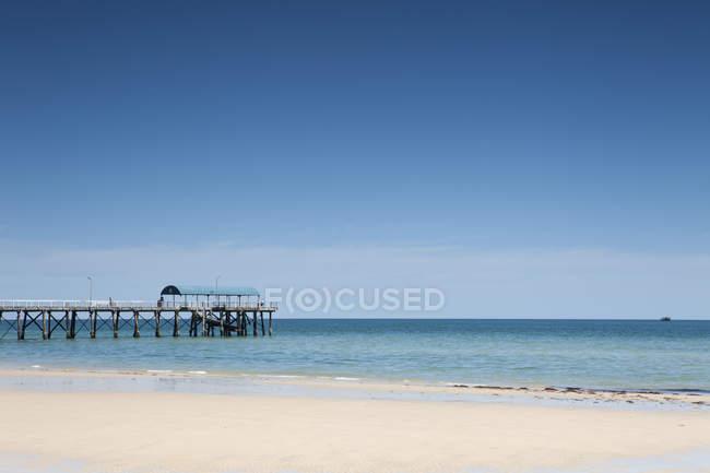 Vue panoramique de la jetée de la plage de sable — Photo de stock