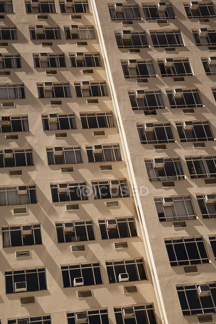 Tower facade with air conditioners on each window - foto de stock