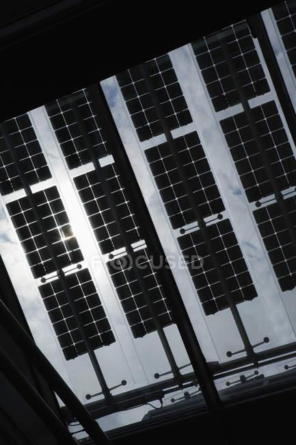 Вид снизу на солнечные батареи на крыше здания Якоба Кайзера Хауса — стоковое фото