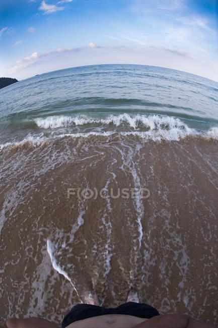 Vue en bas du bord de mer et des vagues de surf — Photo de stock