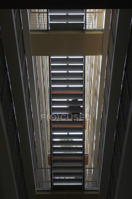 Vue du passage de l'escalier de dessous par le bas — Photo de stock