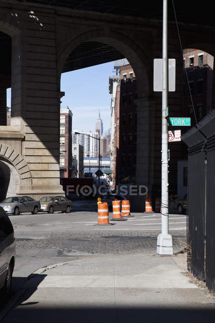 Scena di strada tranquilla città con traffico sotto i piloni del ponte — Foto stock