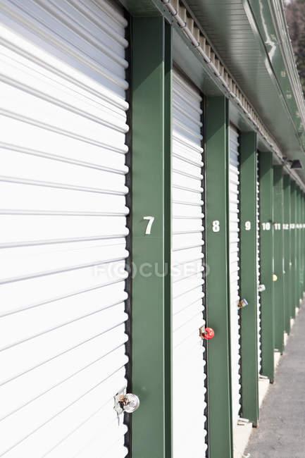 Perspektive einer Reihe verschlossener Lagereinheiten im Selfstorage — Stockfoto
