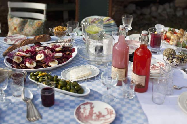 Nahaufnahme des serviert mit Speisen und Getränken Ess Tisch im Hinterhof — Stockfoto