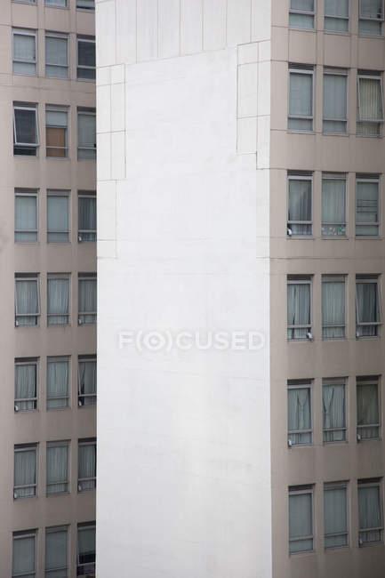 Удаленный вид фасадов высотных жилых зданий — стоковое фото