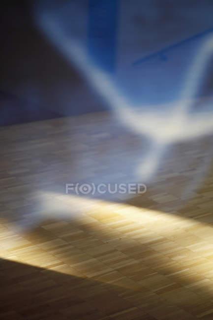 Rifrazione della luce del sole e pavimenti in parquet pavimento — Foto stock