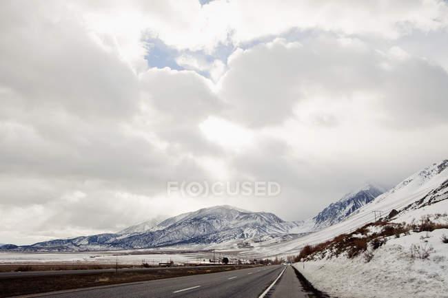 Montagnes enneigées au lac Mono, Californie — Photo de stock