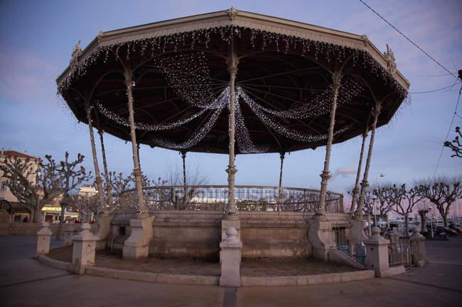 Ein klassischer Pavillon mit Lichterketten dekoriert — Stockfoto