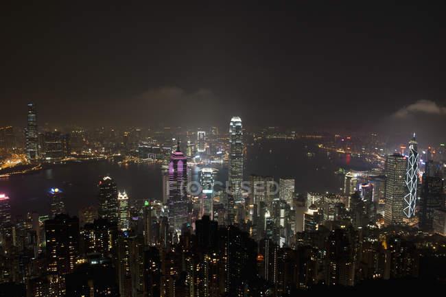 Paisagem urbana de noite dos arranha-céus iluminados — Fotografia de Stock