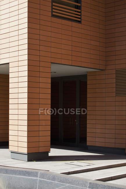 Building entrance and concrete steps — Stock Photo
