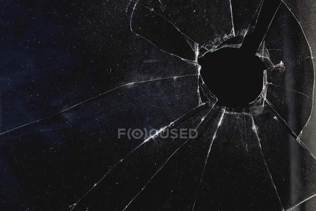 Вікно з отвором порушена через скло, ніч — стокове фото