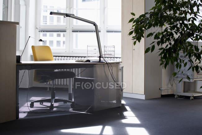 Vista all'interno dell'ambiente tranquillo ufficio — Foto stock