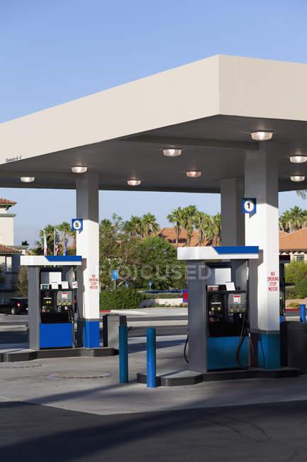 Pompes à essence dans une station-service — Photo de stock