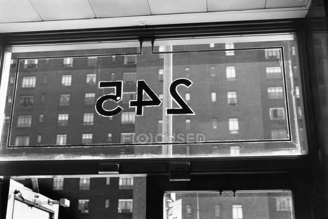 Vista posteriore delle cifre sulla porta di vetro — Foto stock