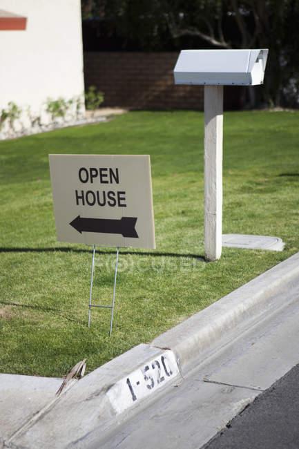 Open House segno piatto sul prato verde prato — Foto stock