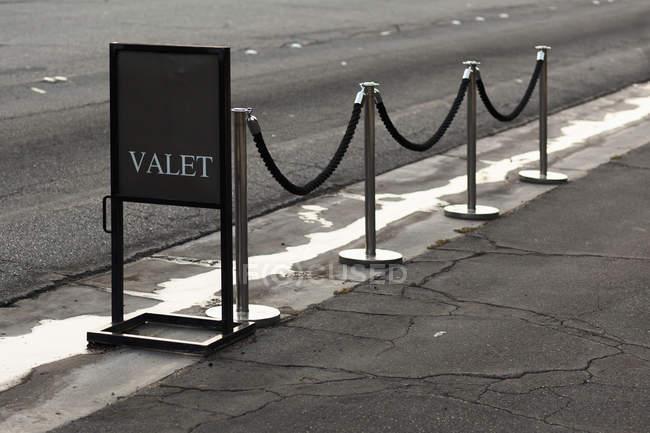 Assine e pedestres para estacionamento com manobrista — Fotografia de Stock