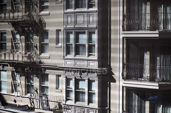 Vista exterior de la fachada del edificio en día soleado - foto de stock