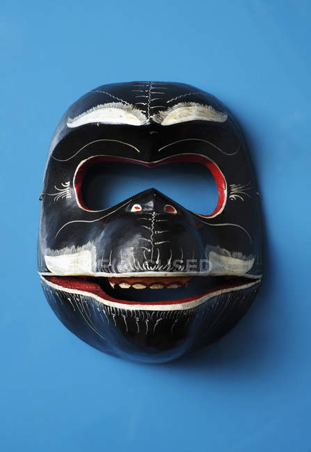 Masque traditionnel oriental sur fond bleu — Photo de stock