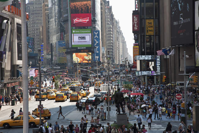 Bondé de gens et trafic Times Square à New York, é.-u. — Photo de stock