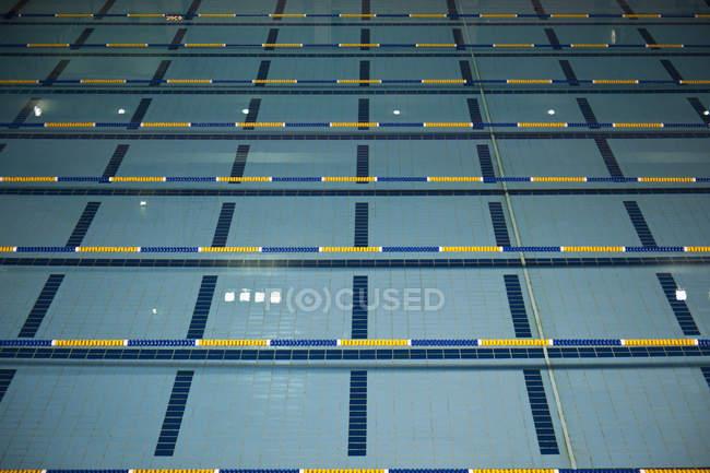 Vue intérieure de la piscine vide avec voies — Photo de stock