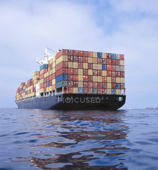 Cargo ship transporting containers — Stock Photo