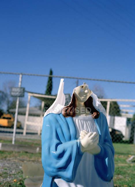 Estatua rota de la Virgen María en el patio - foto de stock
