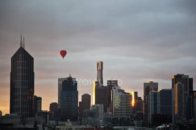 Vista del paisaje de horizonte de Melbourne, al atardecer - foto de stock