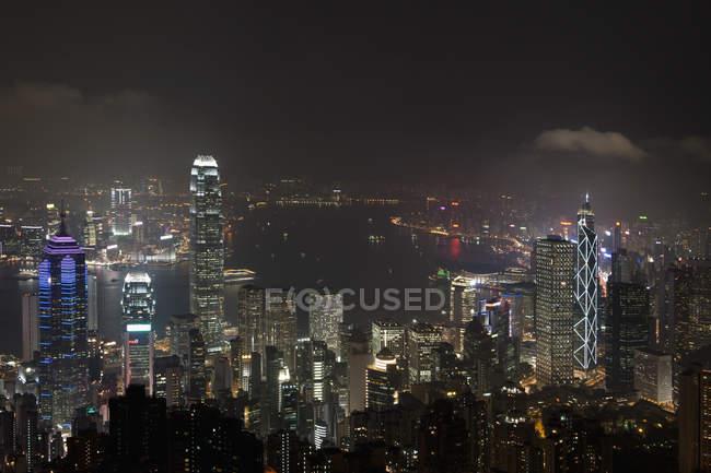 Vista panorâmica para arranha-céus iluminados à noite — Fotografia de Stock