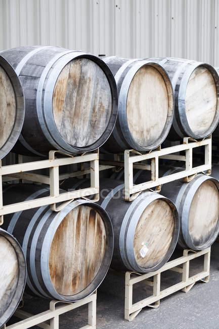 Barils de vin empilés à la cave — Photo de stock