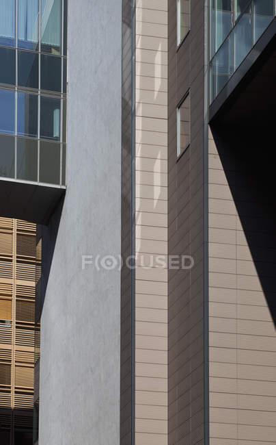 Fusionner des formes d'ombres le long de la façade de construction — Photo de stock
