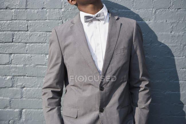 Sezione centrale dell'uomo che indossa la cravatta e vestito — Foto stock