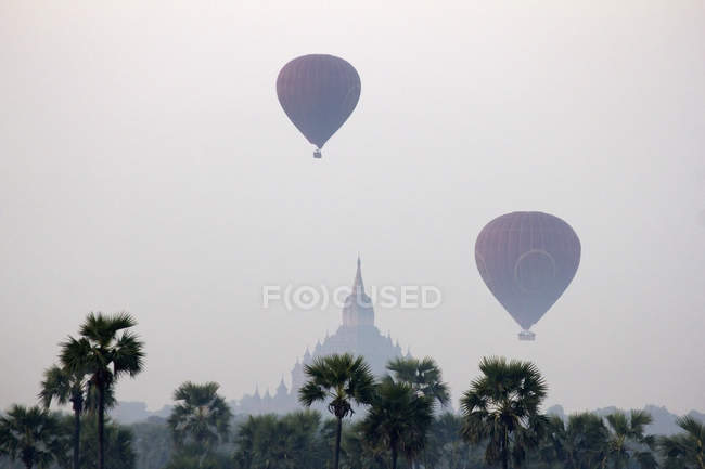 Hot air balloons in the sky of Bagan with temple on background, Burma — Stockfoto