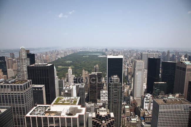 Vista aérea sobre el horizonte de Manhattan y Central Park, Nueva York, EE.UU. - foto de stock