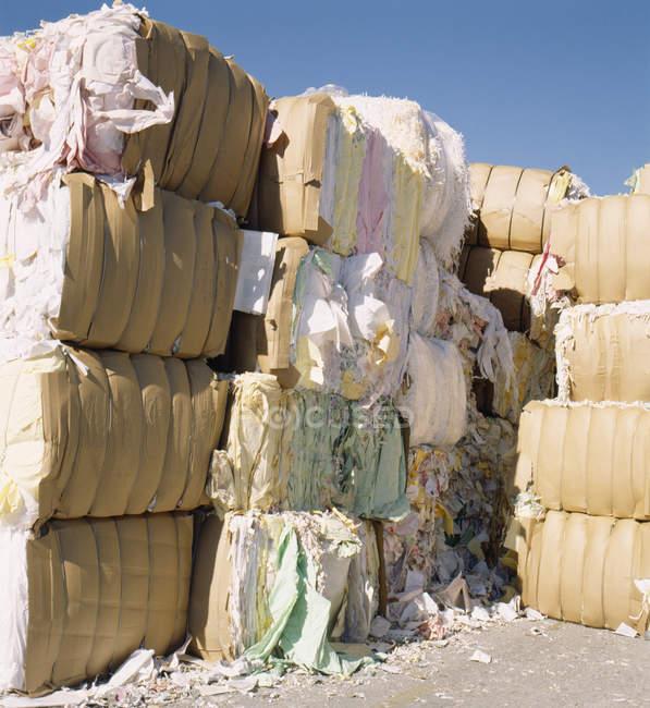 Paquets de papier empilés pour recyclage à l'extérieur — Photo de stock