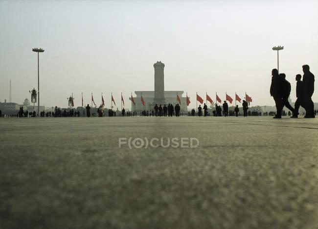 Поверхности уровня вид на площадь с людьми и флаги — стоковое фото