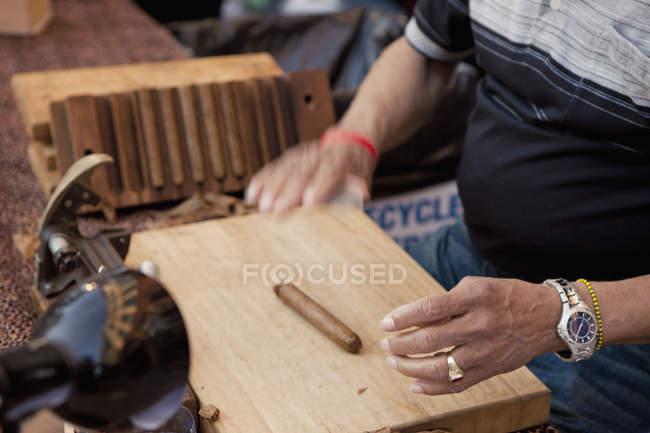 Mittelteil des Arbeitnehmers bei Zigarrenfabrik — Stockfoto