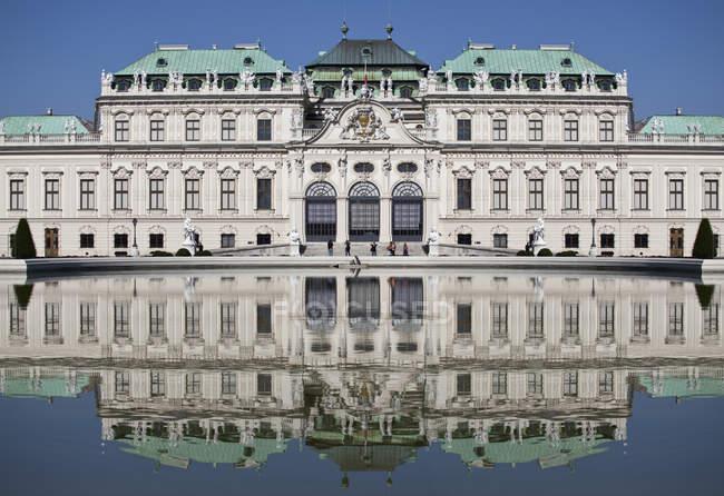 Esterno del Palazzo del Belvedere superiore che riflette in Fontana — Foto stock