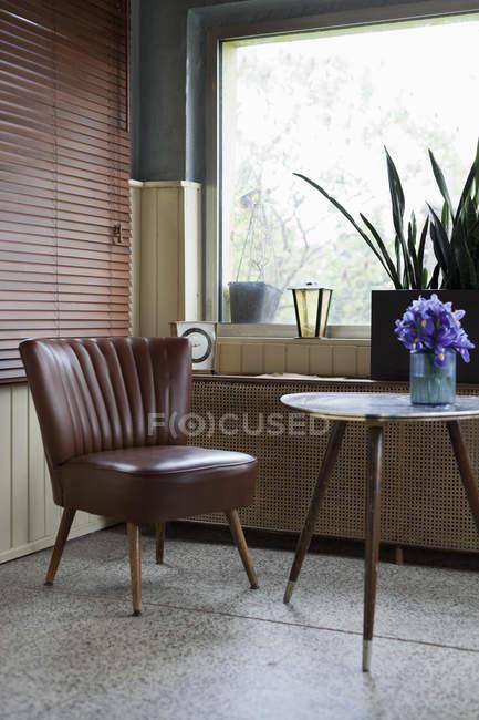 Interior com cadeira estilo vintage e tabela — Fotografia de Stock