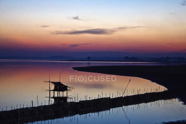 Paisaje escénico del tranquilo lago al atardecer - foto de stock
