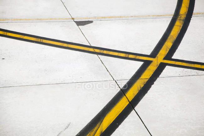Marcações rodoviárias numa pista de pilotagem — Fotografia de Stock