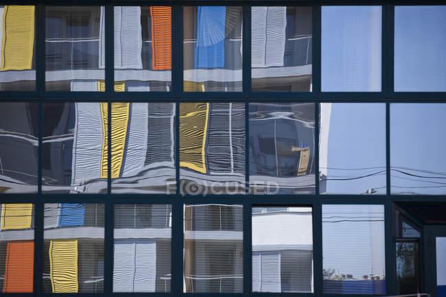 Повний кадр знімок вікна, що відображають будівель — стокове фото