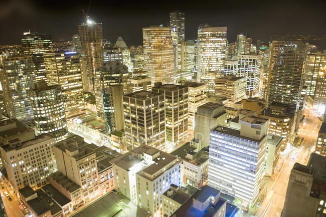 Tir longue exposition du paysage urbain de nuit — Photo de stock